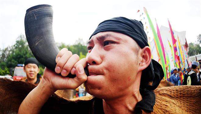 Leute der ethnischen Gruppe Zhuang feiern Buluotuo-Festival in Baise