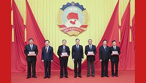 Wang Yang präsentiert Gedenktafeln für Mitglieder des Ständigen Ausschusses des 12. Landeskomitees der PKKCV