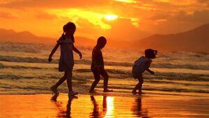 Leute genießen Sonnenuntergang in Sanya, der südchinesischen Provinz Hainan