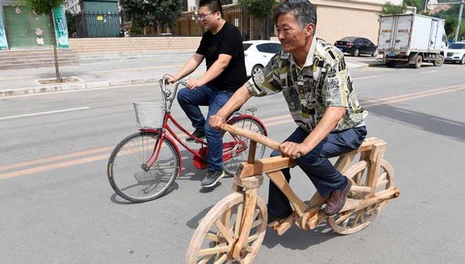 55-jähriger Bauer stellt Fahrrad aus Holz her