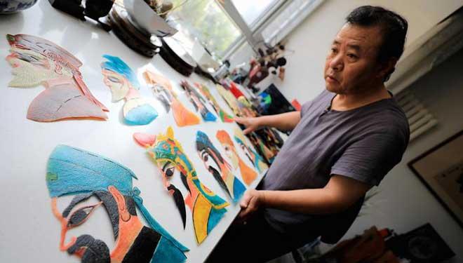 Volkskünstler präsentiert Schattenpuppenshow kostenlos, um Kunst weiterzuentwickeln