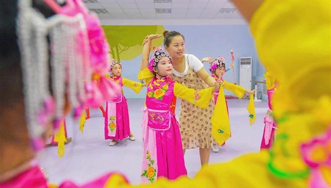 Traditionelle chinesische Kunstaktivitäten bereichern die Sommerferien der Schüler in der Provinz Hebei