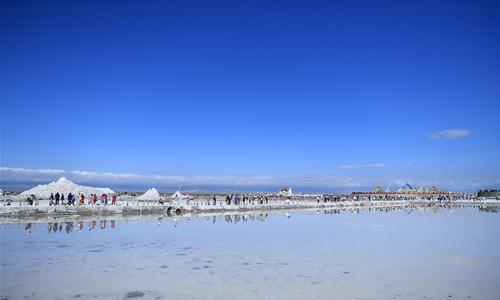 Caka Salt Lake im Qinghai zieht im Sommer viele Touristen an