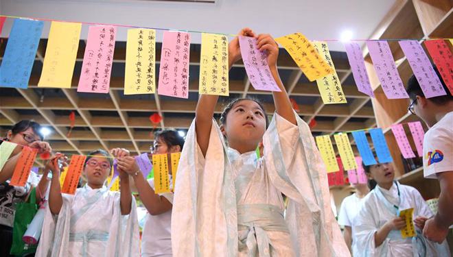 Kinder begrüßen das bevorstehende Mittherbstfest