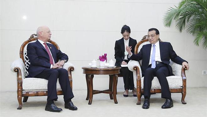 Li Keqiang trifft Klaus Schwab in Tianjin