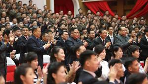 Kim Jong-un schaut sich gemeinsame Vorführung der Literatur- und Kunstarbeitern aus China und der DVRK an