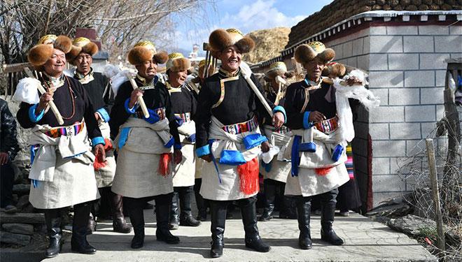 Zeremonie zur Makierung des Beginns des Frühlingspflügens in Khesum von Tibet abgehalten