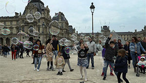 Menschen genießen Freizeit in Paris