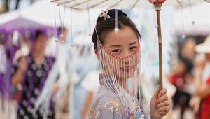 Mädchen in traditioneller Kleidung nehmen an Qixi-Veranstaltung in Kunming teil