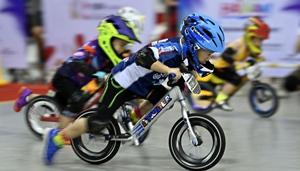 Kinder fahren bei der Balance Bike Riders Asian Championship in Hainan