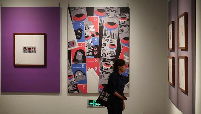"""Leute besuchen internationale Briefmarkenausstellung zum Thema """"Stadt des Friedens"""" in Nanjing"""