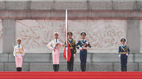 Zeremonie des Hissens der Nationalflagge auf Tian'anmen-Platz abgehalten