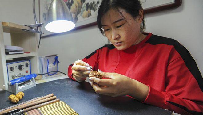 Kunsthandwerkerin widmet sich seit über 2 Jahrzehnten Schnitzen von Fruchtkern
