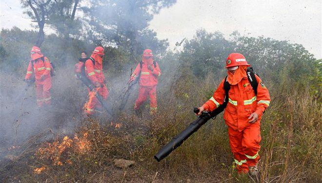 Feuerwehrleute löschen Feuer während einer Übung in Ostchinas Anhui