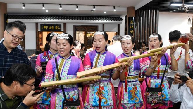 Langtisch-Bankett im ethnischen Dorf Longfeng ziehen Einheimische und Touristen an