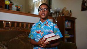 Afroamerikanischer Junge findet Spaß, Zukunft in chinesischer Kultur