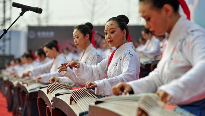 Enthusiasten führen chinesische Zither während der Konferenz zur Entwicklung der Tourismusindustrie in Cangzhou vor