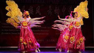 Mongolische Schüler führen während des Wettbewerbs in Ulan Bator chinesischen Tanz auf