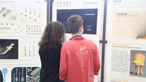 Rumänische Studenten besuchen Ausstellung über chinesische Schriftzeichen in Bukarest