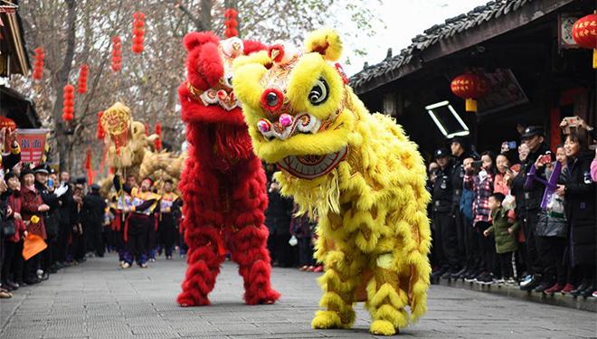 Drachen- und Löwentanz zum bevorstehenden Frühlingsfest in Nanchong von Sichuan