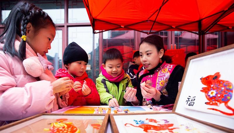 Folkloreaufführungen für chinesisches Neujahrsfest in ganz China präsentiert