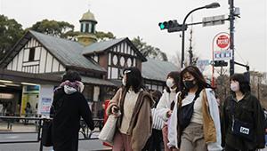 Menschen in Japan tragen Gesichtsmasken, um neuartiges Coronavirus einzudämmen