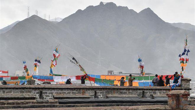 Zeremonie zur Ersetzung der Gebetsfahnen in Lhasa abgehalten
