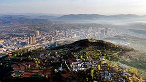 Luftansicht des Kreises Luonan in Chinas Shaanxi