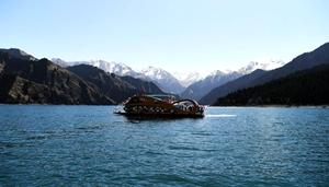 Yacht segelt auf Tianchi-See im Landschaftsgebiet Tianchi