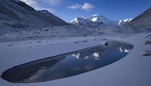 Halbmondförmiger Pool am Fuße des Berges Qomolangma