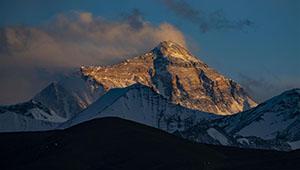 Landschaft des Bergs Qomolangma bei Sonnenuntergang