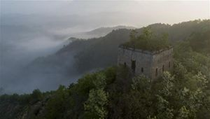 Frühmorgendliche Landschaft der Chinesischen Mauer Hongshankou in Hebei