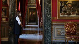 Menschen besuchen Colonna-Palast mit Gesichtsmasken in Rom
