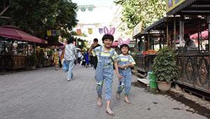 Touristen besuchen antike Stadt Kashgar in Chinas Xinjiang