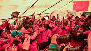 Mitarbeiter des chinesischen Vermessungsteams feiern Erreichung des Gipfels des Berges Qomolangma