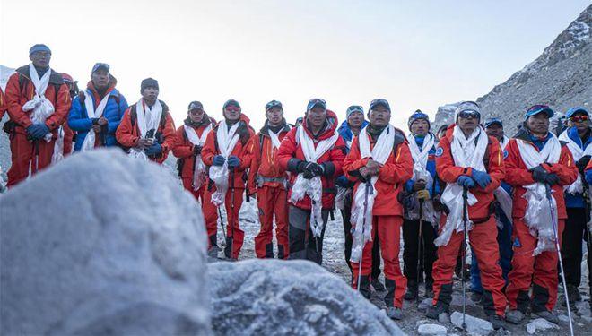Mitglieder des chinesischen Vermessungsteams sind zurück zum Basislager des Berges Qomolangma