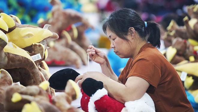 Spielzeugfabrik bietet Arbeitsplätze für von Armut betroffene Haushalte in Shandong an