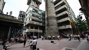 Straßenperformance in Chengdu zieht Passanten an