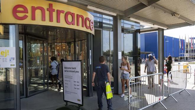 Kunden halten soziale Distanz vor Betreten des IKEA-Geschäfts in London aufrecht