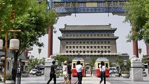 Menschen besuchen Qianmen-Straße und Xidan in Beijing