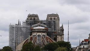 Abbau des feuergeschädigten Gerüsts auf Notre-Dame beginnt