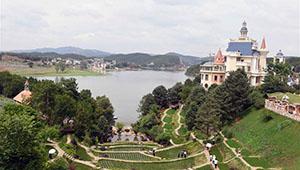 Touristen genießen Freizeit in Chinas Yunnan