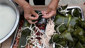 Menschen machen Zongzi in Gemeinschaft in Qingdao