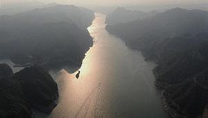 Landschaft des Stausees Xiaolangdi am Gelben Fluss in Chinas Henan