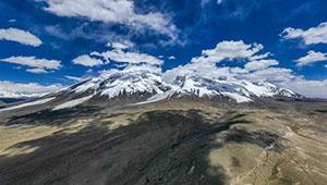 Ansicht des Bergs Muztagata auf dem Plateau Pamir in Chinas Xinjiang