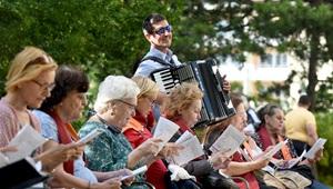 Mitglieder des 1. Wiener Gemeindebau-Chors singen für Bewohner der Gemeinde in Österreich