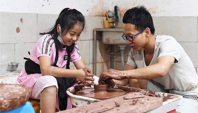 Touristen erleben Herstellung von Rongchang-Keramik während Feiertage zum Drachenbootfest