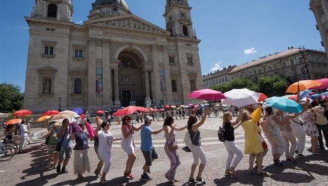 Reiseleiter nehmen am Flashmob in Budapest teil