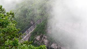 Touristen besuchen Landschaftsgebiet Wangwushan-Gebirge in Henan