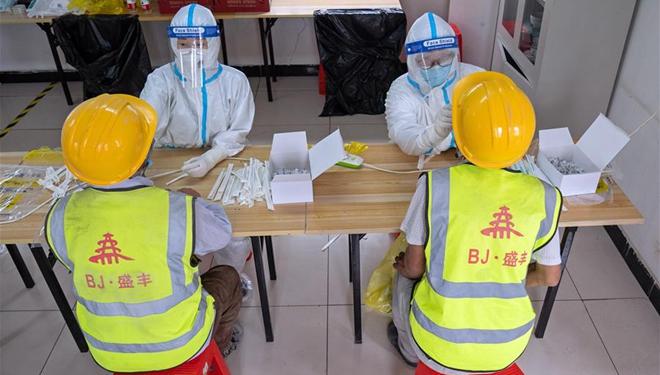 Bauarbeiter im Bezirk Daxing von Beijing erhalten Nukleinsäuretests